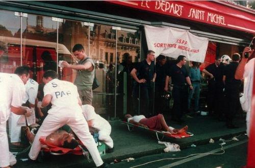 Un attentat terroriste dans la station du R.E.R. Saint-Michel;