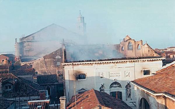 """L'opéra de Venise """"la Fenice"""" est détruit par un incendie alors que des travaux de restauration se terminaient."""
