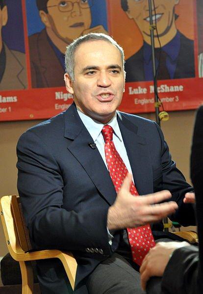 """Aux États-Unis, le champion du monde d'échecs Gary Kasparov est battu par un super ordinateur d'IBM """"Deeper Blue""""."""