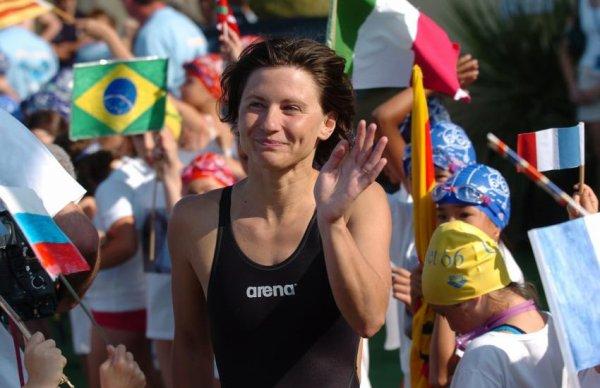 La nageuse française R.Maracinéaru est championne du monde du 200 m dos.
