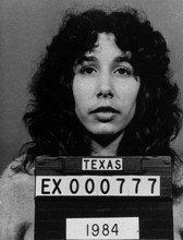 Au Texas, Karla Faye Tucker, condamnée à mort est exécutée par injection létale.