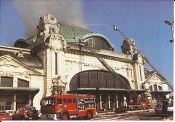 A Limoges, un incendie détruit le dôme de la gare des Bénédictins à Limoges.