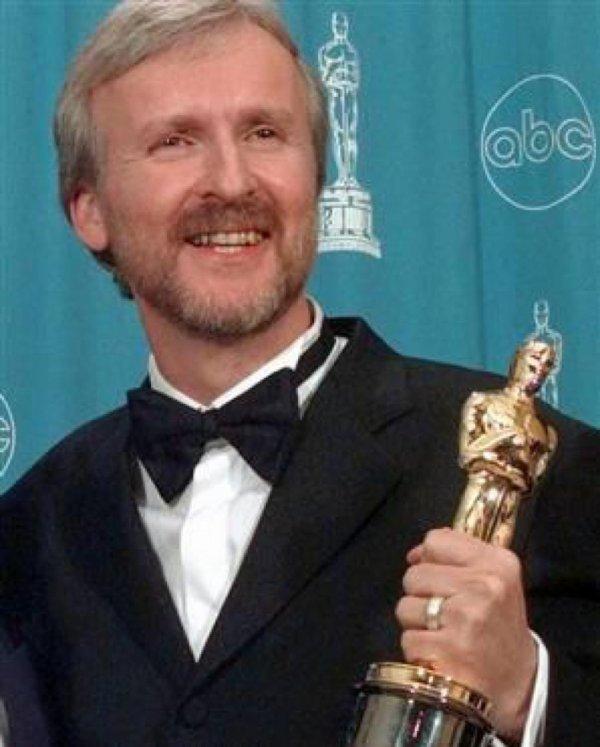 Le réalisateur James Cameron remporte l'Oscar du meilleur réalisateur pour Titanic