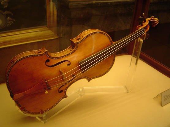 Chez Christie's, un Stradivarius de 1727 est vendu 10 millions de francs.