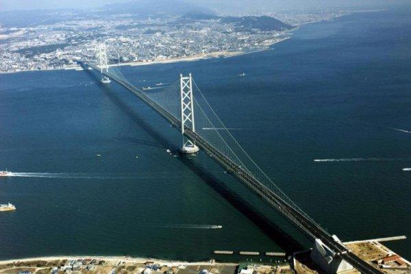 Au Japon, inauguration du pont Akashi, le plus long pont suspendu du mond