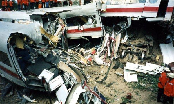 En Allemagne, près de la gare d'Eschede, une catastrophe ferroviaire fait 98 morts et 300 blessés.