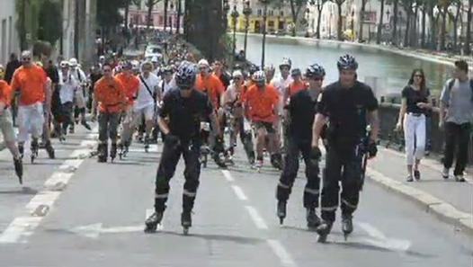 A Paris, mise en place d'une brigade de police équipée de rollers.