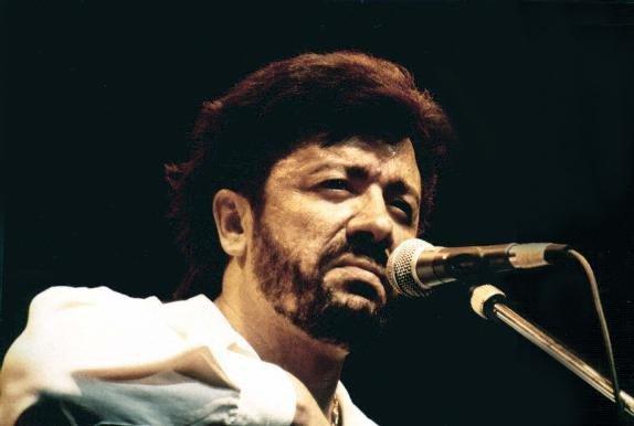 Décès du chanteur kabyle Matoub Lounès (assassiné).