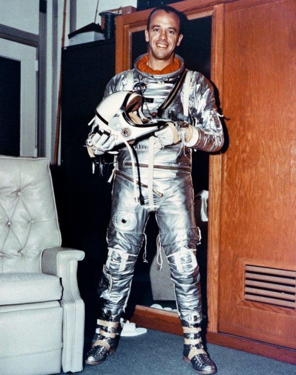 Décès de l'astronaute Alan Shepard, 1er américain à être sorti en orbite en mai 1961.