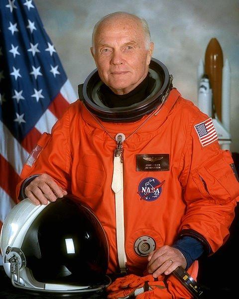 Après 8 jours passés dans l'espace, l'astronaute John Glenn, 77 ans, revient sur Terre à bord de Discovery.