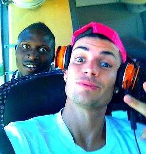 25/07/12 ● Voici deux nouvelles photos personnelles de Rémy avant d'atterrir pour New-York