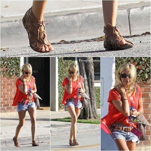10 Juillet: Ashley sortant BLONDE du salon Salon Byron & Tracey à Beverly Hills + photo poster sur twitter. Pour moi c'est Top sa tenue fait tres été :)