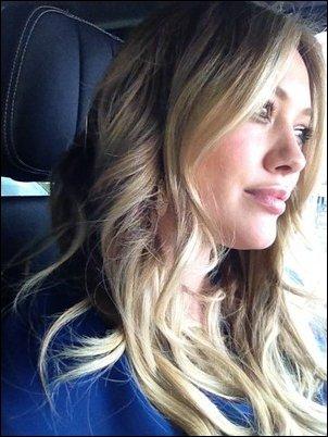 30 Mars: Hilary de sortie chez le coiffeur (sans son bébé :( ) dans West Hollywood. Pour moi c'est un beau Top, j'adore sa tenue ses chaussures, sa coiffure, tout quoi :D