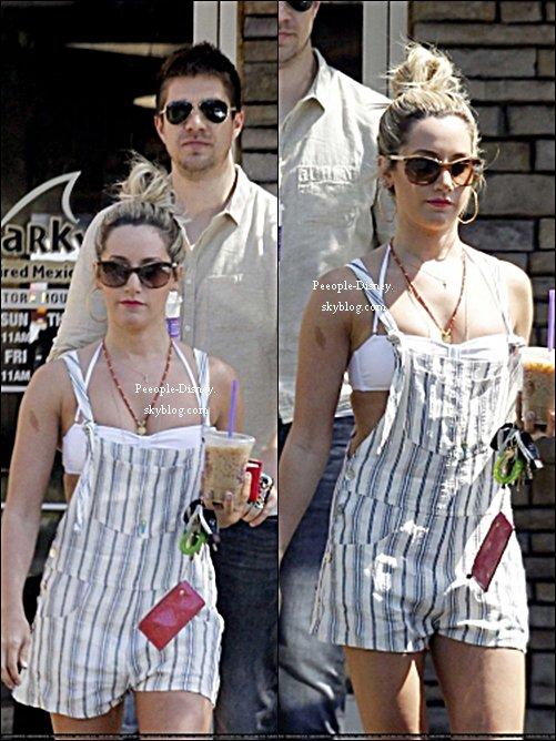 27 Mai: Ashley Tisdale et son petit ami Scott Speer sortant de Coffee Bean. Pour moi c'est un petit Top, je suis pas fan des rayures que sa combi-short sinon j'aime bien ses chaussures et ses lunettes