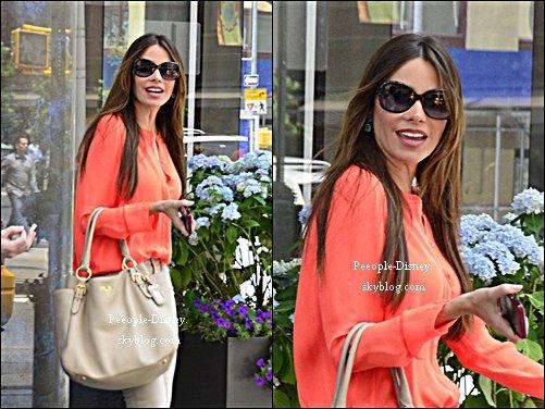 11 Juin 2012: Sofia Vergara et un ami dans les rues de New York. Pour moi c'est Top, j'aime beaucoup sa tenue et j'adore son sac et ses chaussures :D