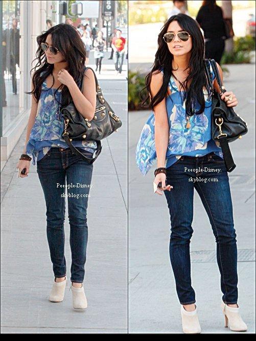 Flashback 25 Mars 2009: Vanessa se baladant sur Sunset Boulevard à Los Angeles. Pour moi c'est un gros Top, j'adore trop sa tenue et son sac :D