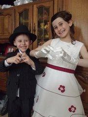 kelly et kilian avec leurs tenues de mariage