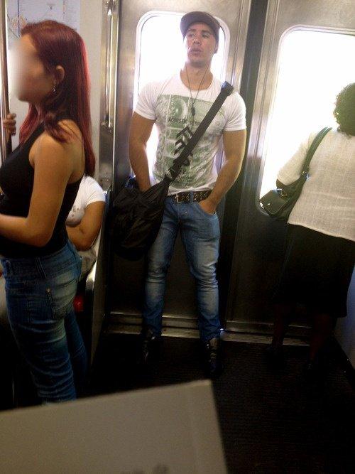 Beau mec dans le métro