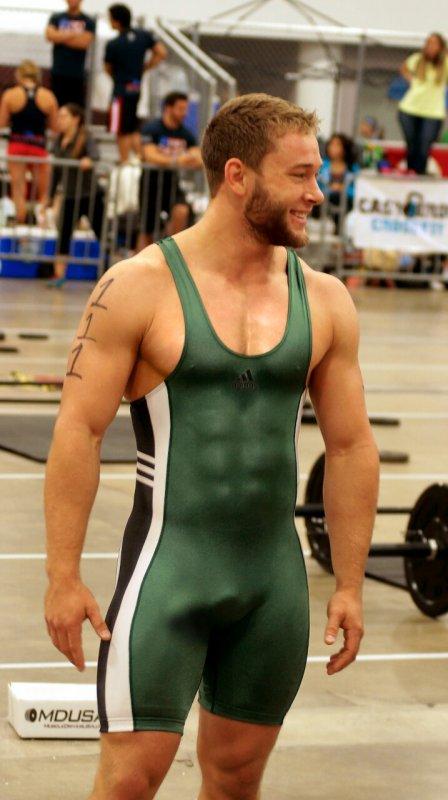 Jeune barbu sportif