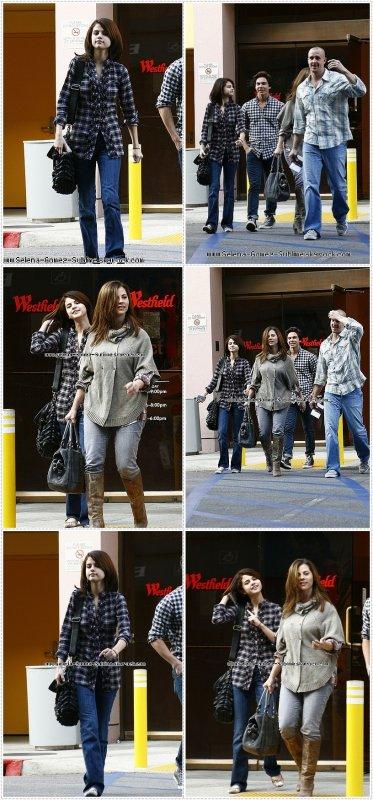 30.10.10 : Selena, ses parents et Cameron Quiseng faisant du shopping au Westfield Mall.