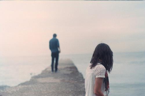J'ai rompu avec lui aujourd'hui. Je lui ai dit que je n'étais pas heureuse. Il ne m'a même pas demandé pourquoi. Je pensais qu'il me demanderait de rester. Mais non. Il m'a juste laissé partir. Et c'est comme ça que j'ai perdu le garçon que j'attendais depuis si longtemps.