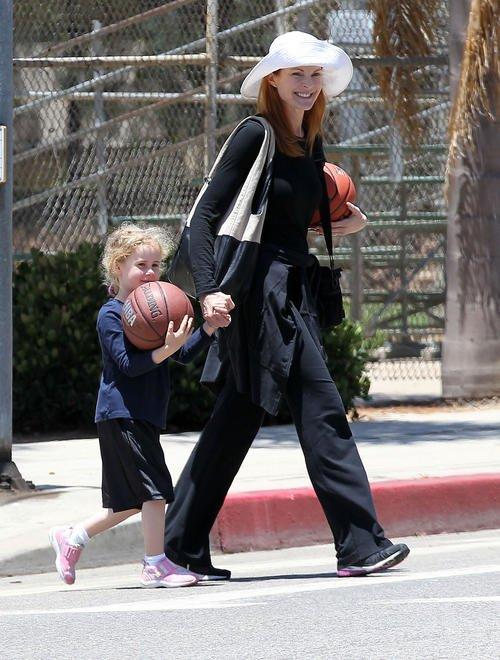 Marcia Cross, Tom Mahoney et leurs jumelles de 5 ans quittaient un terrain de baskett 7 Juillet 2012 - Santa Monica, Californie