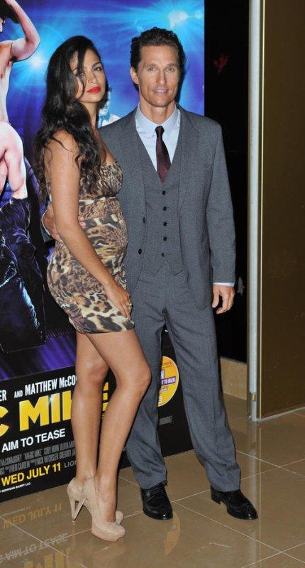 Matthew McConaughey et Camila Alves étaient à la première Londonienne de Magic Mike. On peut déjà voir le petit bidou de Camila. 10 Juillet 2012 - Londres, Angleterre