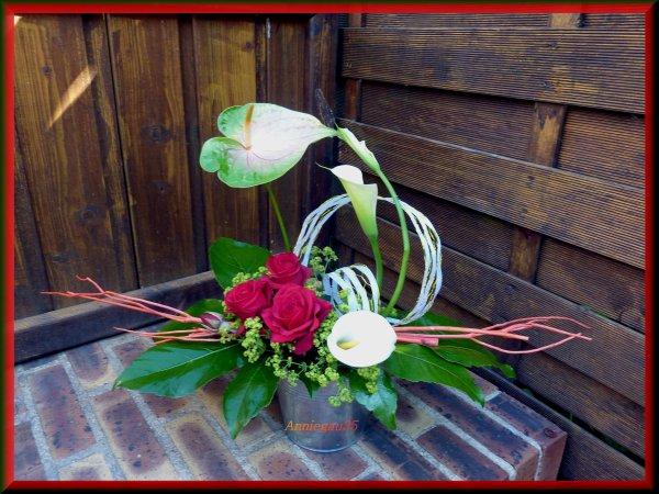 Arrangement avec les roses et arums du jardin