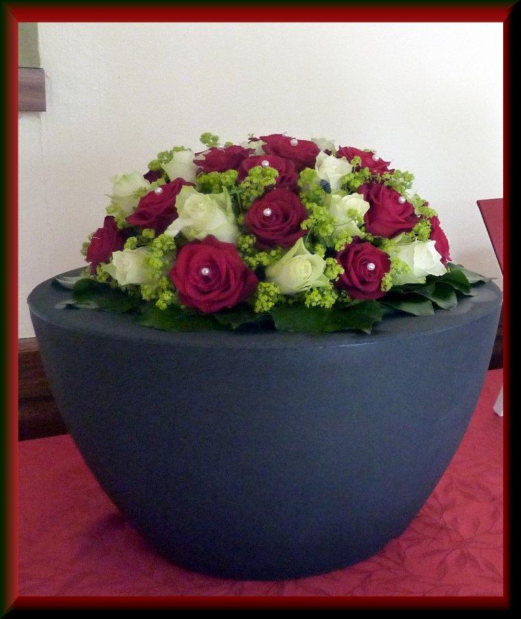La boule de roses sur la table d'accueil