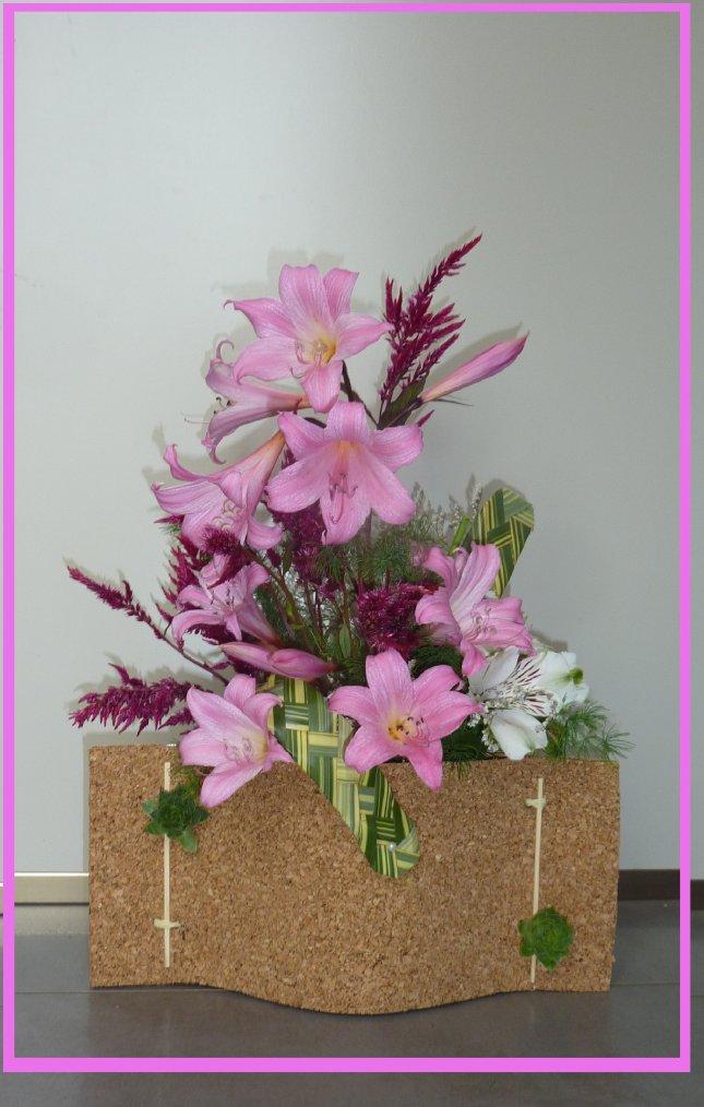 Rectangle de liège et fleurs de saison ( lys de jersey)