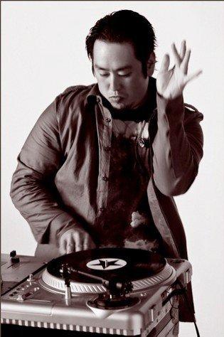 Joe Hahn selon son site : 1/6 Linkin Park. Director. Painter. Musician.  selon mon père : une espèce d'asiatique qui fait du scratch down...