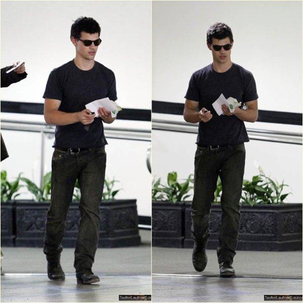 2 Juin : Taylor a était aperçu prenant un sandwich au SUBWAY a Los Angeles