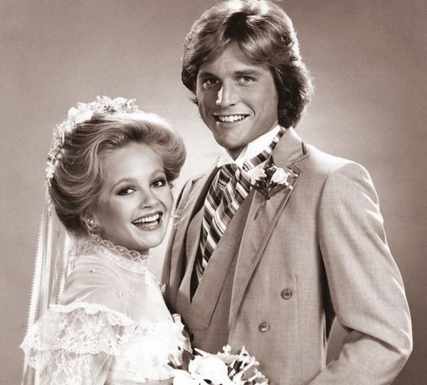 Mitch Cooper et Lucy Ewing Cooper à leur mariage