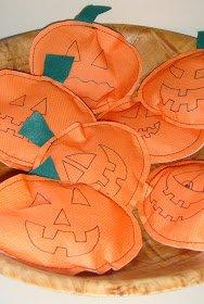 sur  commande. pochettes surprise pour halloween. a vendre par lots de 12 paquets prix +frais de port de 10¤ tout compris