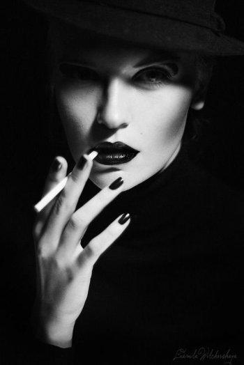 l'Amour est une étincelle illuminante qui jaillit spontanément des profondeurs du coeur, elle fait ressentir des choses incroyables et invraisemblales, y a tellement de joies et d'émotions si intenses éprouvées que le coeur bat à des rythmes forts qu'on a l'impression qu'il va finir par exploser, la raison n'est plus et  tout les sens se canalisent sur la femme qui en est la cause, ça fait trop peur parceque c'est un sentiment unique et ineffable.