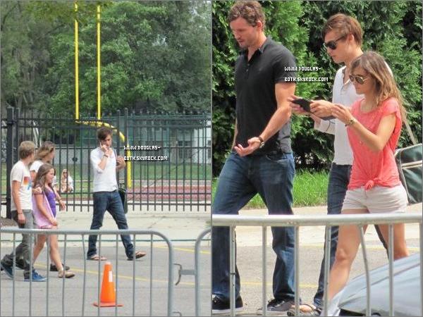 . 16/08/2010 :  Douglas et Ashley Greene, on été vues pendant une pause sur le tournage de L.O.L , c'est un TOP.