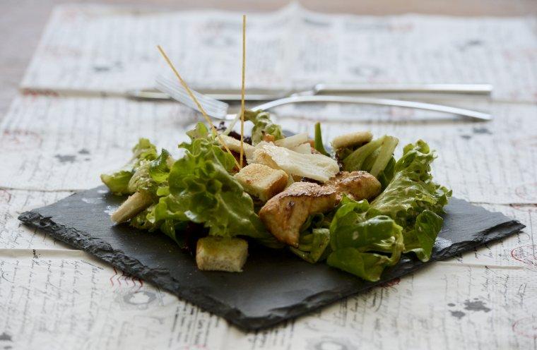 Salade caesar au tofu pané