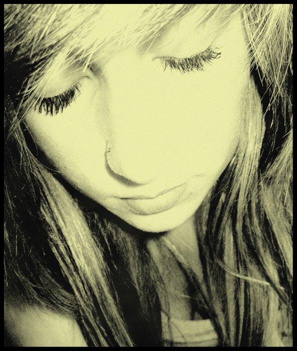 J'aurais du te retenir, te dire que tu es seul que j'aimerais toute ma vie. T'embrasser, et te demander de ne jamais me quitter. Te prouver à quel point mes sentiments étaient forts, et crier au monde entier à quel point je pouvais t'aimer. Mais au lieu de sa, je t'ai laissé partir sans rien dire.. Plus tu t'éloignais, plus un trou se formait dans ma poitrine, mes larmes coulaient, sans cesse. J'avais l'impression qu'on m'arrachait le coeur ! Mais je ne faisais rien, je te regardais partir, de plus en plus loin. Depuis, rien ne t'efface.. Pas même le temps ! et chaque jours, je regrette d'avoir laissé notre amour s'enfuir...