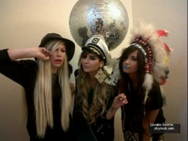 3/07/11:Demi Lovato continue de s'éclater ! Et c'est en compagnie de ses copines que la belle brune est retournée dans les années 90 !