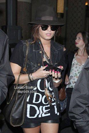 18/07/11 : Demi a été repéré au cinema dans 'the Grove' avec Lauren Pietra & Hanna beth