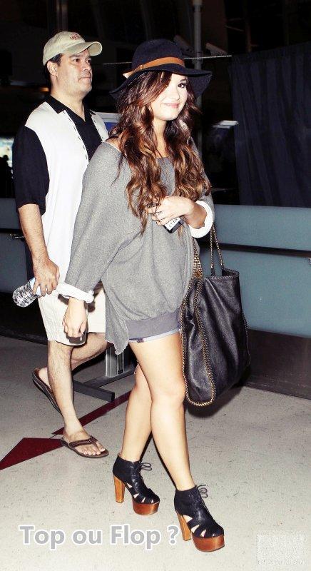 29/07/11 : Demi Lovato a été repéré arrivant dans l'aéroport LAX de Miami à Los Angeles