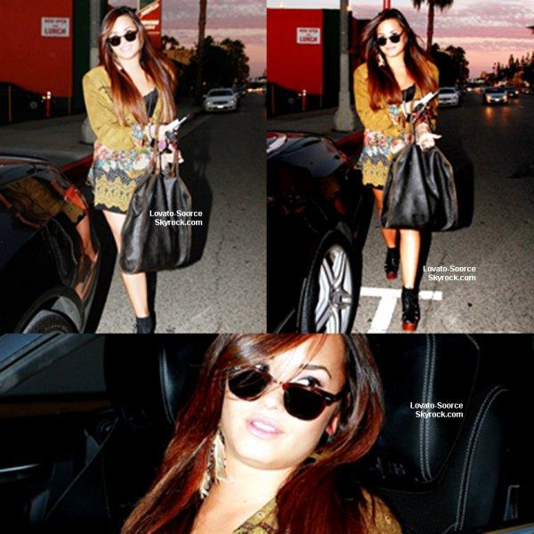 2/08/11 Demi a été vu se faire coiffer et à mettre sur quelques accessoires avant de faire son chemin vers sa voiture à un salon
