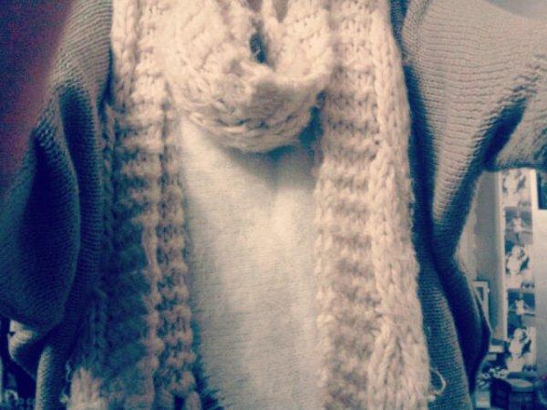 Grosse écharpe en laine blanc.
