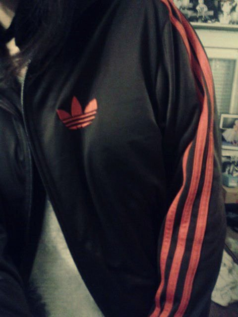 Veste adidas brune et orange t'aille unique.