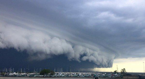 Etats-Unis: Un impressionnant nuage prêt à engloutir Cleveland saisi par les internautes