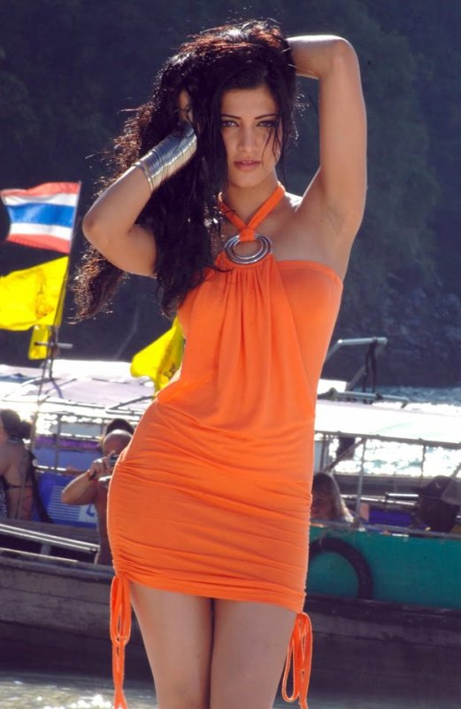 Shruthi in Mun Andhi Charal Song From 7aam Arivu