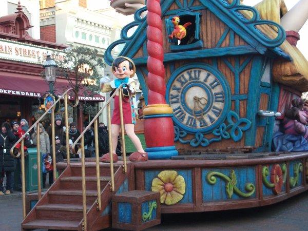 Disneyland Paris (parade + chateau)