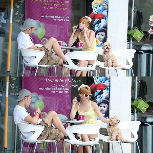 Bella Thorne et son frère s'achetant une glace le 8 Juillet 2013