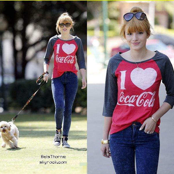 Bella Thorne promenant son chien à Los Angeles le 30 octobre 2013