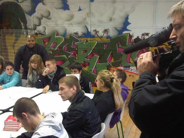 Alibi en pleine séance d'atelier d'écriture avec les jeunes